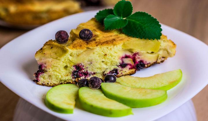 Рецепты очень вкусной пышной яблочно-ягодной шарлотки в духовке