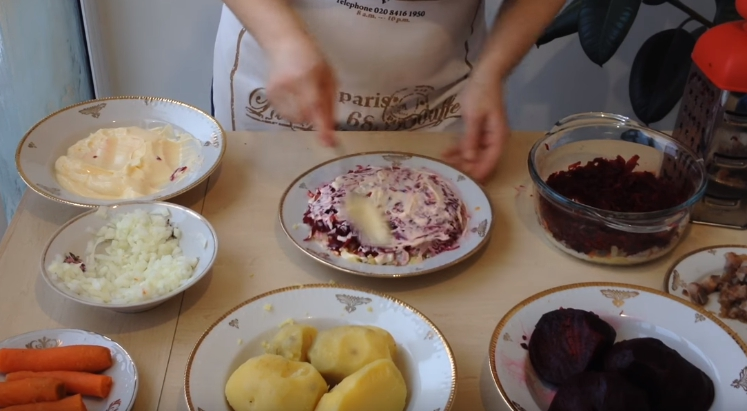 Классический рецепт селёдки под шубой с яйцом: готовим в правильной последовательности слоев