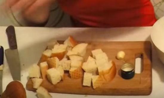Салат Цезарь с курицей в домашних условиях, простой классический рецепт с сухариками