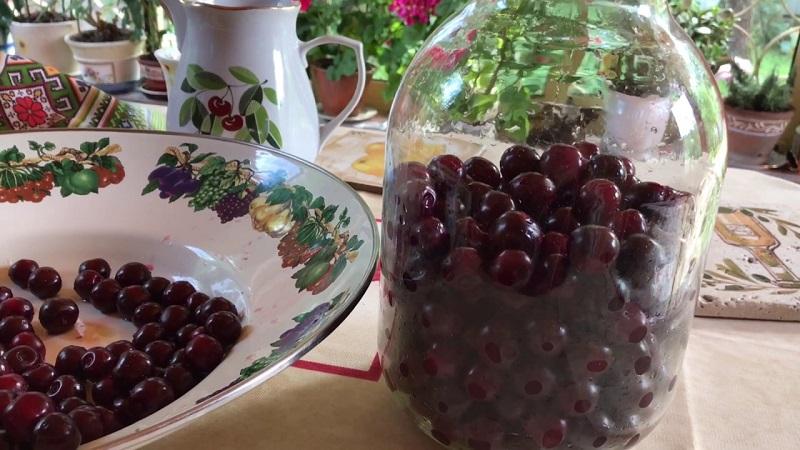 Ягодная наливка «Четыре на четыре»: не забудь перевернуть банку. Как одолжить у ягод аромат, цвет и накопленный сок.