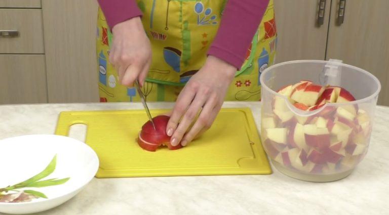 Яблочный пирог на кефире и сметане: 6 пошаговых рецептов в духовке и мультиварке