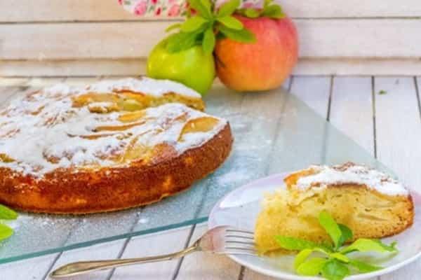 Шарлотка с яблоками в духовке: лучшие рецепты с фото