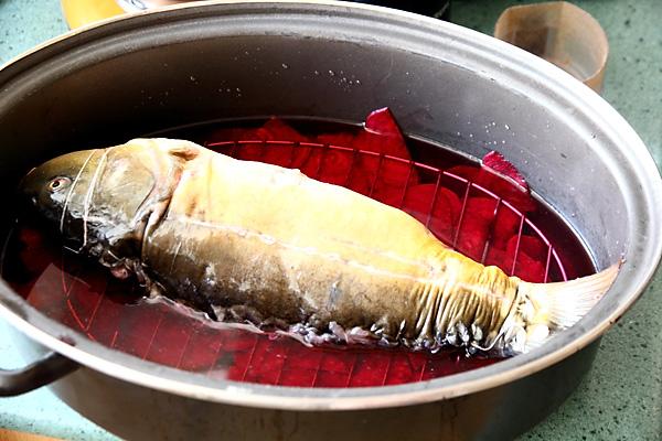 Фаршированная рыба по-еврейски! При помощи хитрого трюка блюдо получится превосходным.