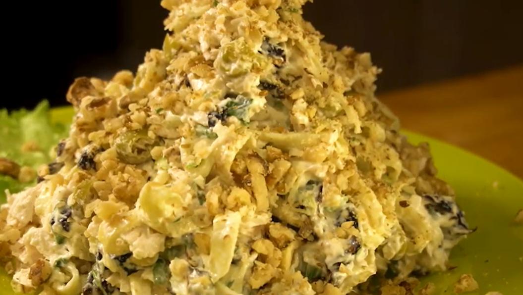 «Зимняя сказка» – простой салат с куриным филе, оливками и черносливом