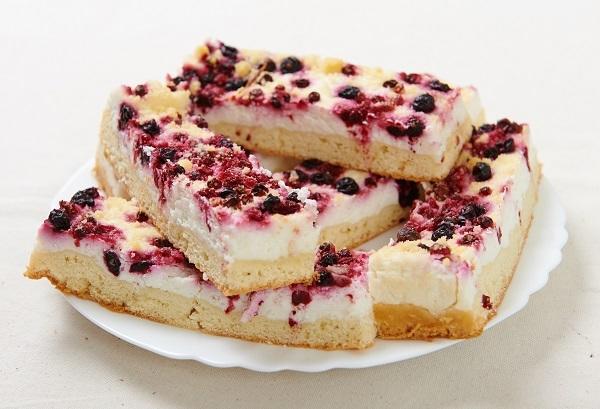 Творожный пирог со смородиной: нежная начинка будто тает во рту