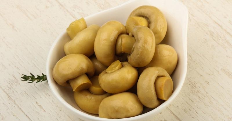 Дежурный рецепт маринованных грибов к новогоднему столу, 20 минут — и готово.