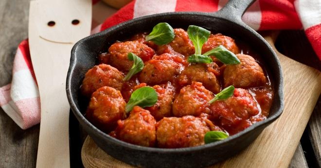 Фрикадельки в томатном соусе со сметаной, чесноком, фасолью — рецепты для духовки и мультиварки