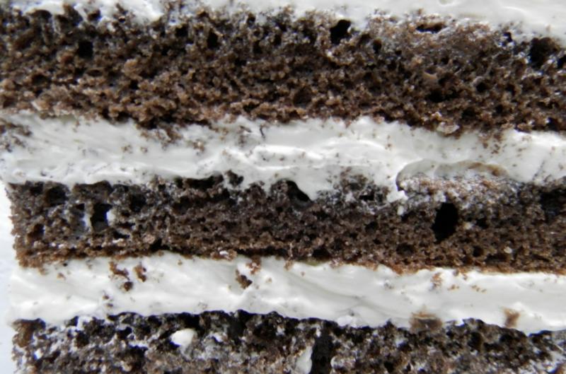 Как лучше украсить торт к новогоднему столу? Бисквитное банановое «чудо» с карамелизированным кремом – готовим и декорируем.