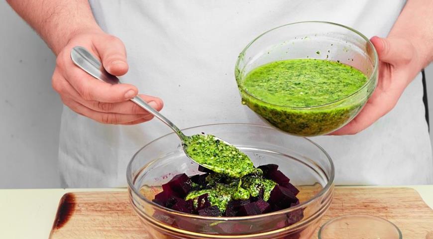 Салат из печеной свеклы с песто