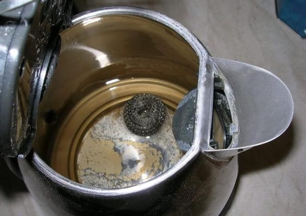 Вредна ли накипь в чайнике?